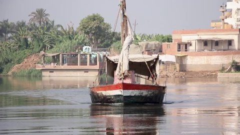 Short video of a small boat in the Nile getting closer to the berth.
