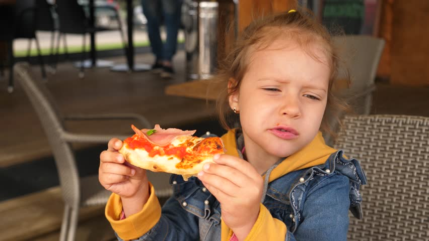 kid eating pizza - 852×480