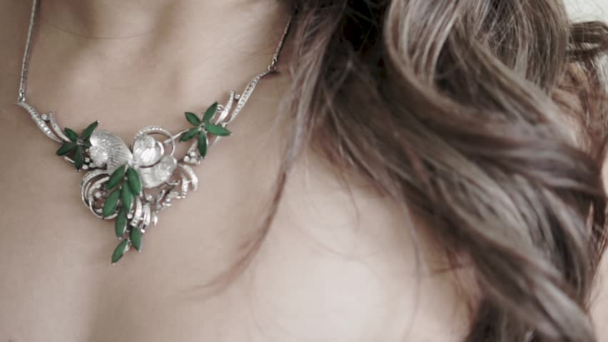 beautiful necklace jewellery on bride for wedding