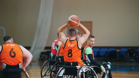 Kazan, Russia - 21 september 2018 - Disabled player throws a ball in the basket during a game of wheelchair basketball