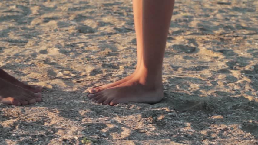 Целует босоножки видео фото 158-5