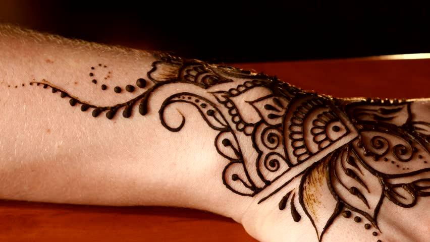 Mehndi Wrist Tattoo : Process of applying mehndi on female s hands artist