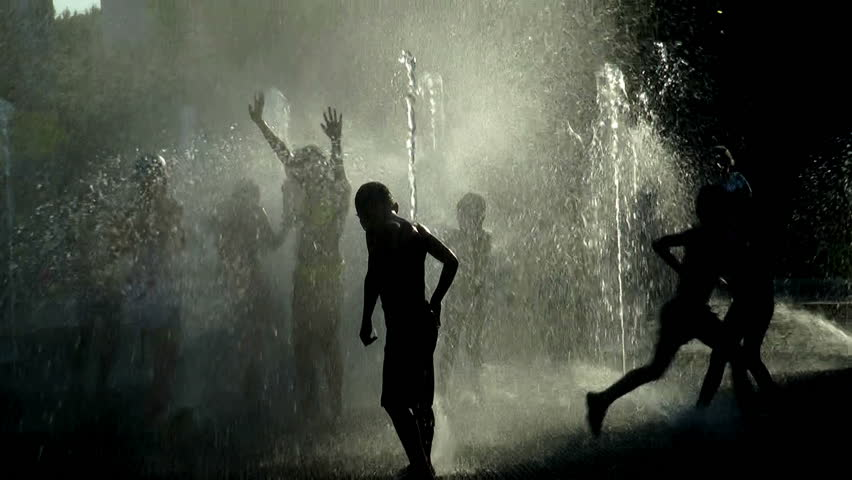 Children bathe in the fountain