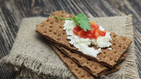 Crispbread with soft cottage cheese and red pepper