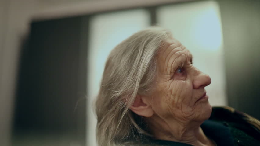 describe the face of an old woman To describe a person's physical appearance, start with general information like hair color and length, approximate height and weight, gender, and age range then, get more specific by describing features like the eyes, nose, and mouth, and don't forget to include distinctive characteristics like visible tattoos.
