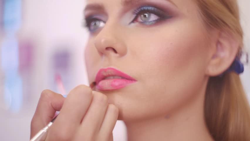 girls-putting-on-lipstick-videoes