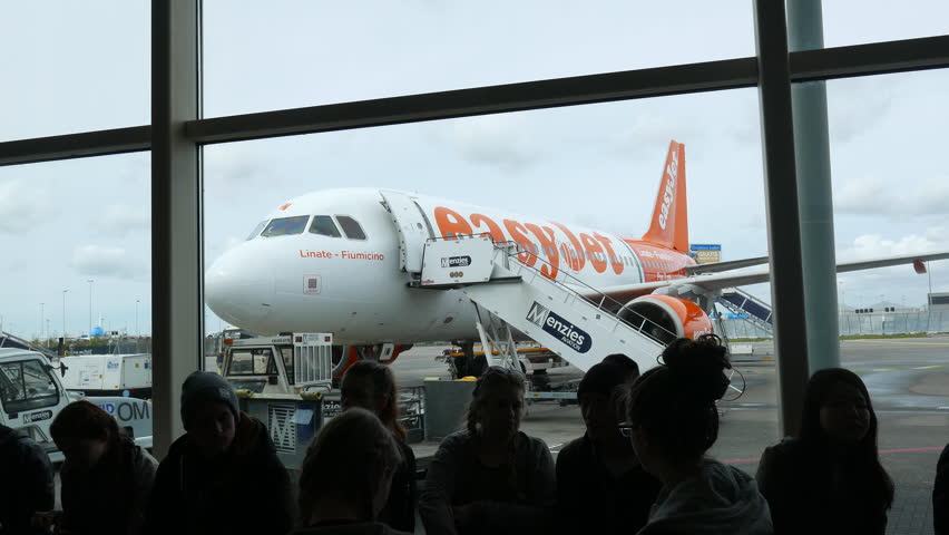 marketing mix easyjet vs klm A case study of easyjet and the airline industry - florian mayer - term paper easyjet marketing mix 4 swot analysis for easyjet 41 internal analysis.