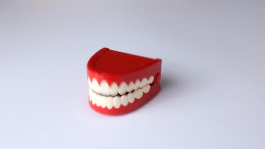 Clacking toy teeth