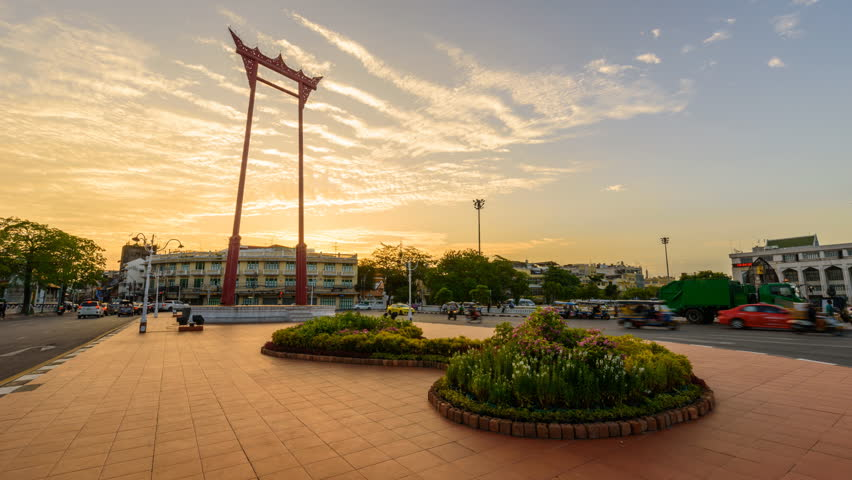 Day to Night Time lapse of Giant swing landmark in the city / Sao Ching Cha