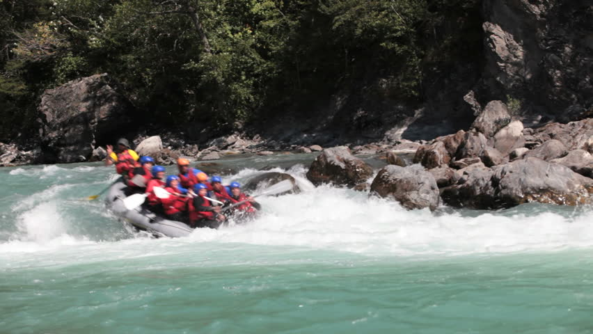 raft full of people passes through hole of the Durance