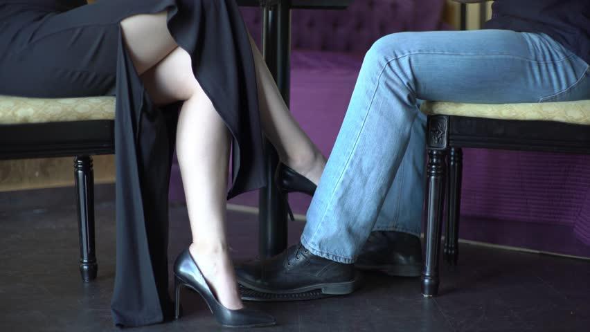 Американская девушка под столом на ее видео