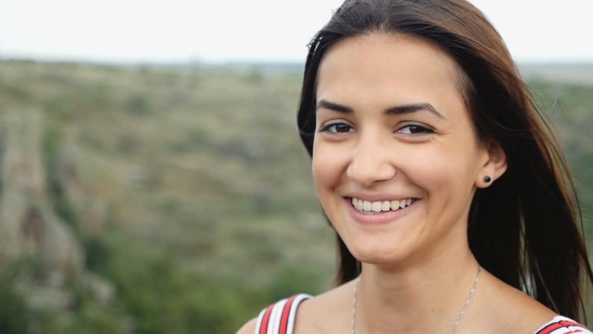 Bonne jeune femme avec un beau sourire Vivace posant avec épaules nues sur une-4955