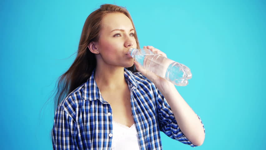 drinking water and people Humans need to drink water to survive people should drink more liquids if they are physically active or experiencing hot weather.