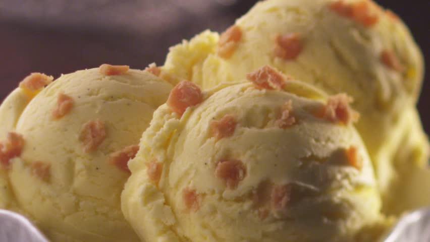 Vanilla caramel ice cream with chocolate sauce (close-up)