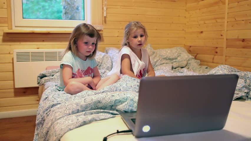 Девчонки перед ноутбуком