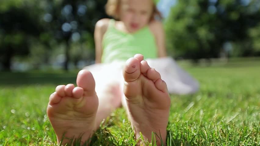 girls foot video