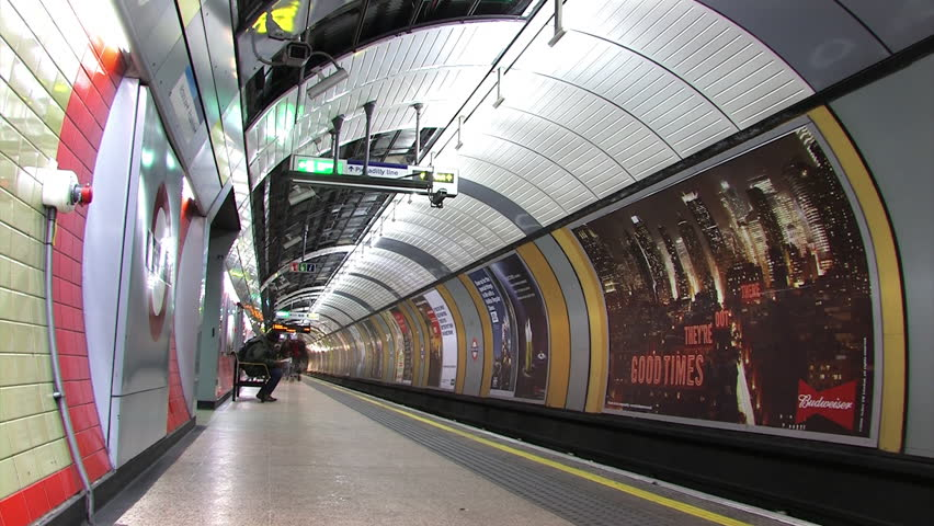2014 winter.London underground train station time-lapse.London underground is a London-based urban rail transport system. Metro vehicles in central London is the underground operation.